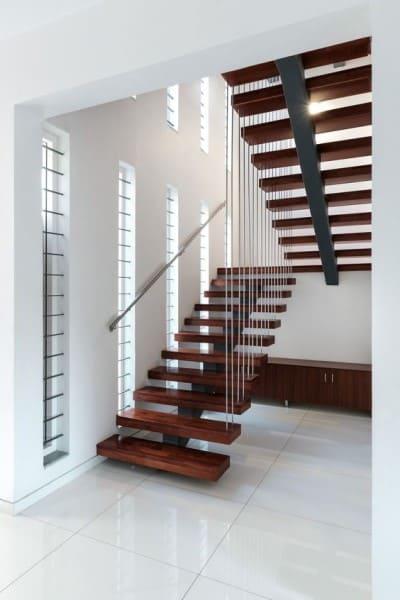 Escada em U com barras de ferro (foto: ArchDaily)