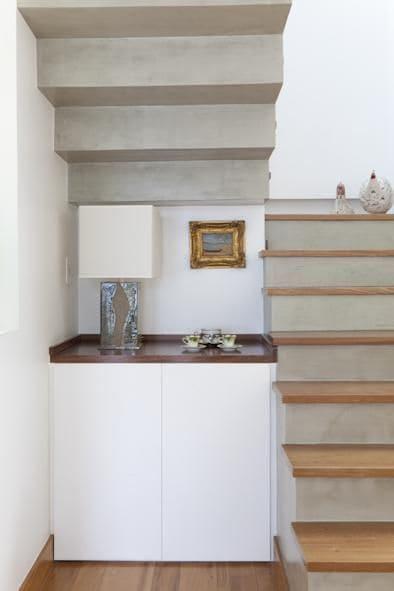 17. Escada em U de alvenaria com piso de madeira (foto: Adell e Porto)