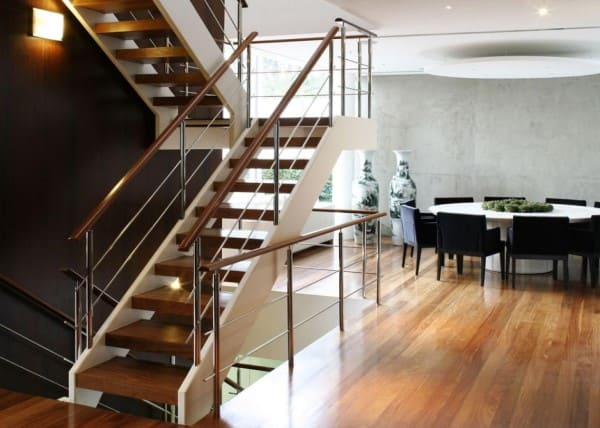 Escada em U de madeira com corrimão de ferro (foto: A1 Arquitetura)