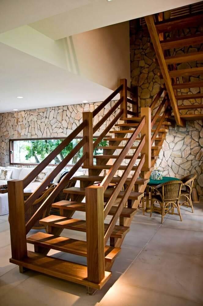 Escada em U de madeira em ambiente com estilo rústico (foto: Pinterest)