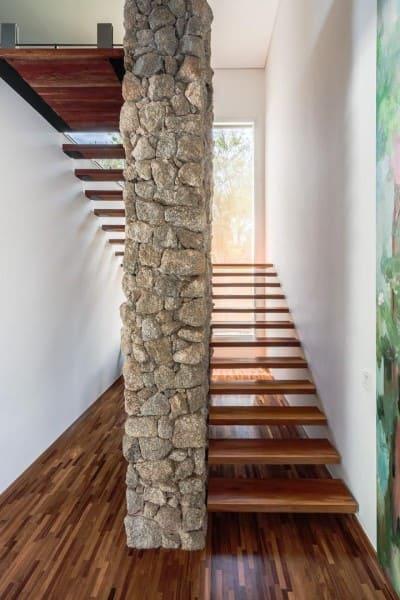 Escada em U de madeira em coluna de pedras (foto: Antônio Ferreira Junior e Mário Celso Bernardes)