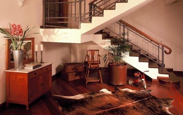 Escada em U: escada branca com guarda corpo ornamentado (foto: Idália Daudt)