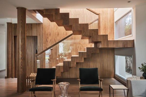 Escada em U: escada com revestimento amadeirado (foto: Piloni)