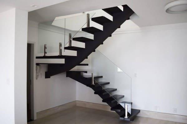Escada em U: escada preta com guarda-corpo de vidro (foto: Escada MV)