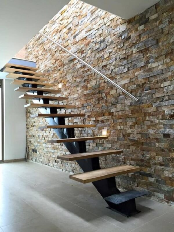 Escada escama de peixe com viga de ferro e acabamento em madeira. Fonte: Pinterest