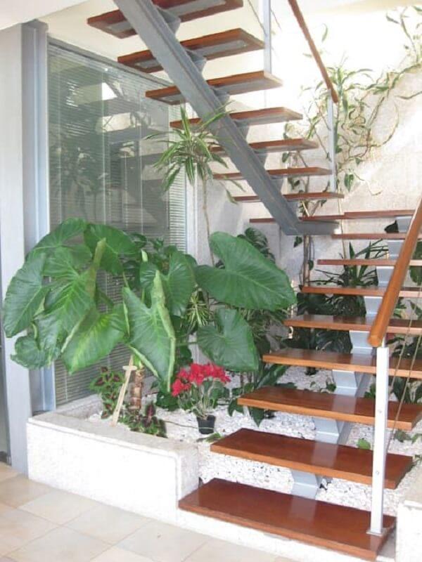 Escada escama de peixe em formato U com acabamento em madeira. Fonte: Revista Viva Decora
