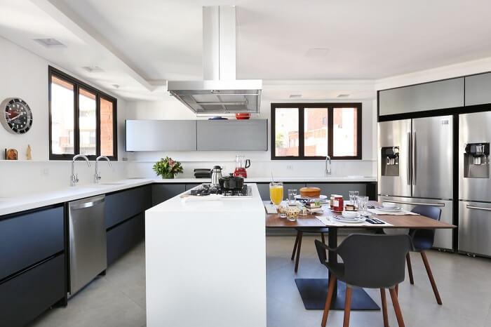 Estilos de cozinhas: ambiente clean com bancada branca e armários em cinza. Projeto de Start Arquitetura