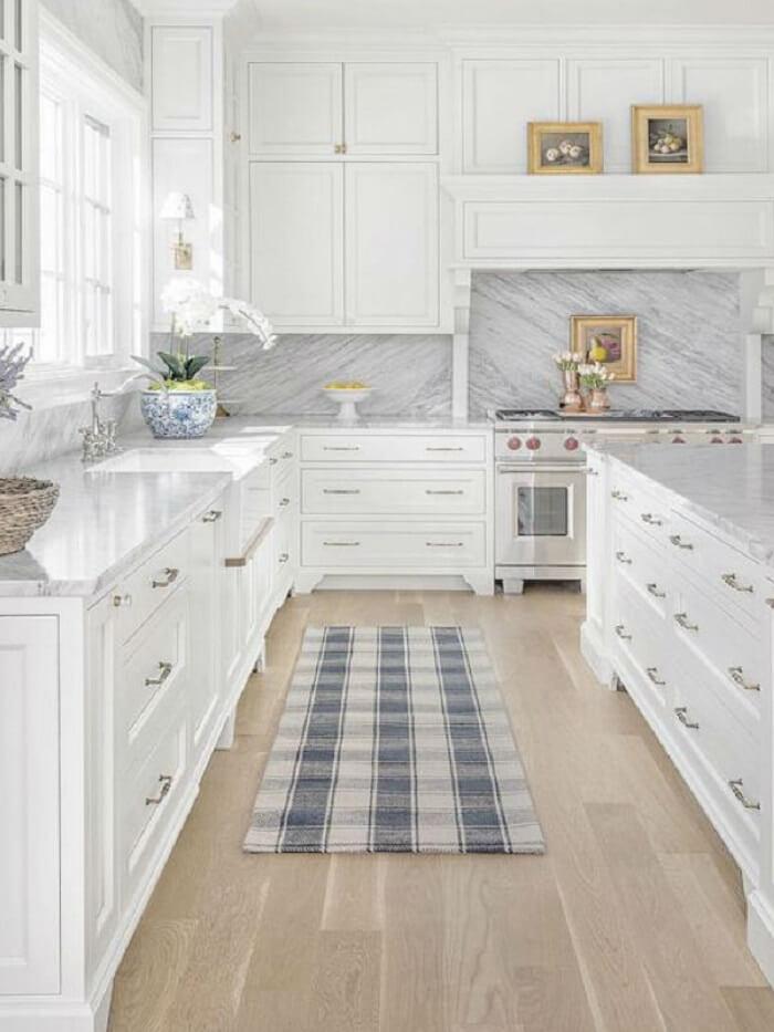 Estilos de cozinhas clássicas: no espaço as cores claras predominam e os detalhes em prata podem ser observados em elementos como torneiras e puxadores. Fonte: Lolahome