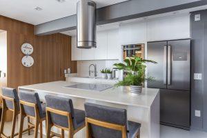 Estilos de cozinhas: móveis em marcenaria branca e banquetas de veludo. Projeto de Altera Arquitetura