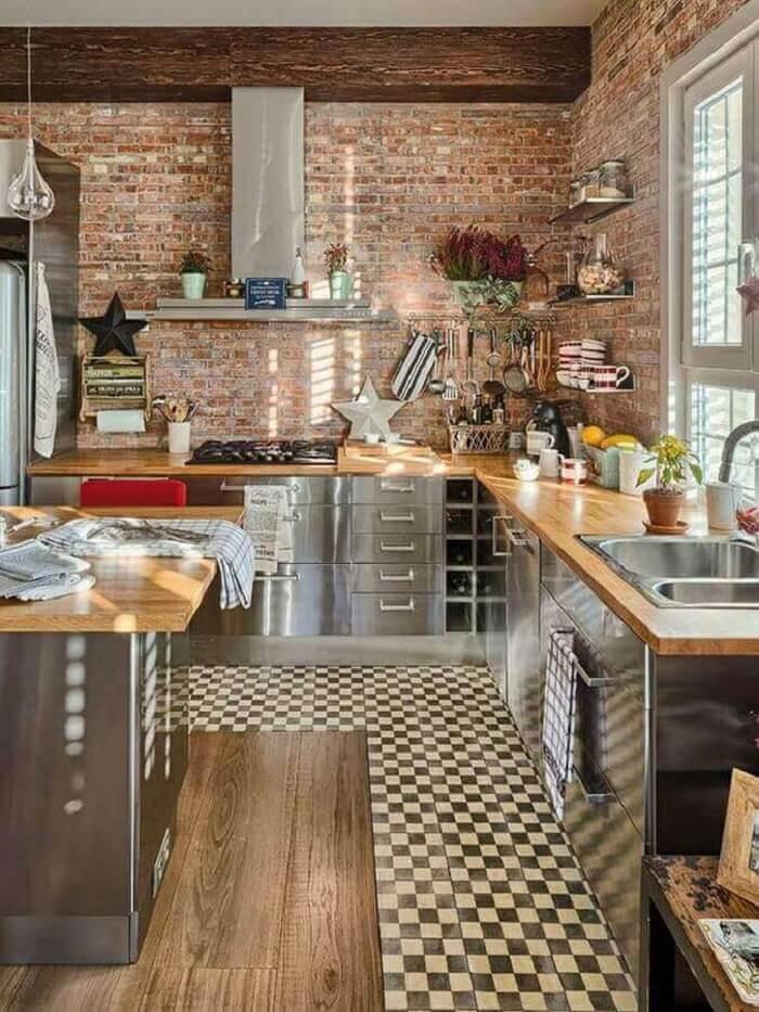 Estilos de cozinhas rústicas: a parede de tijolinho aparente traz um toque campestre para a decoração. Fonte: Pinterest