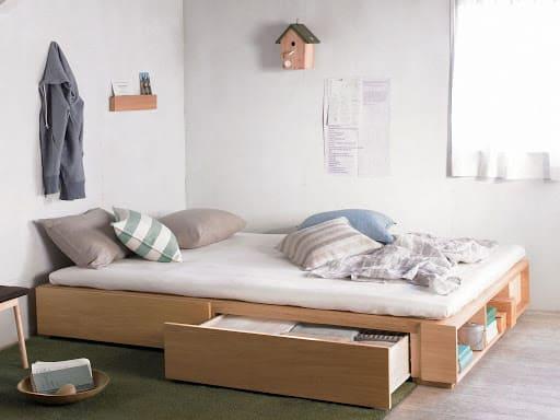 Móveis multifuncionais para quartos pequenos: cama de madeira com gavetas (foto: Revista Imob)