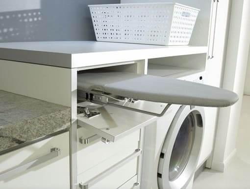 Móveis multifuncionais: tábua embutida em lavanderia (foto: Viajando no Apê)