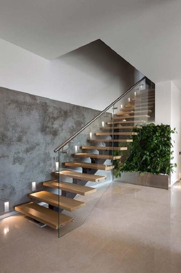 Modelo de escada de madeira escama de peixe e guarda corpo de vidro. Fonte: Revista Viva Decora