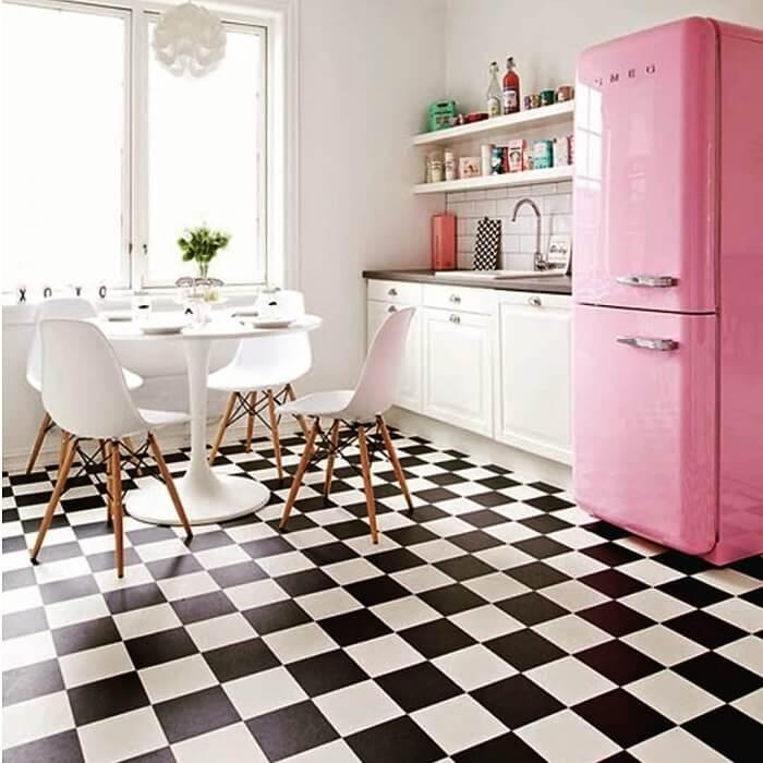 Na cozinha vintage tanto os eletrodomésticos como os objetos são originais da época. Fonte: Dicas Decor
