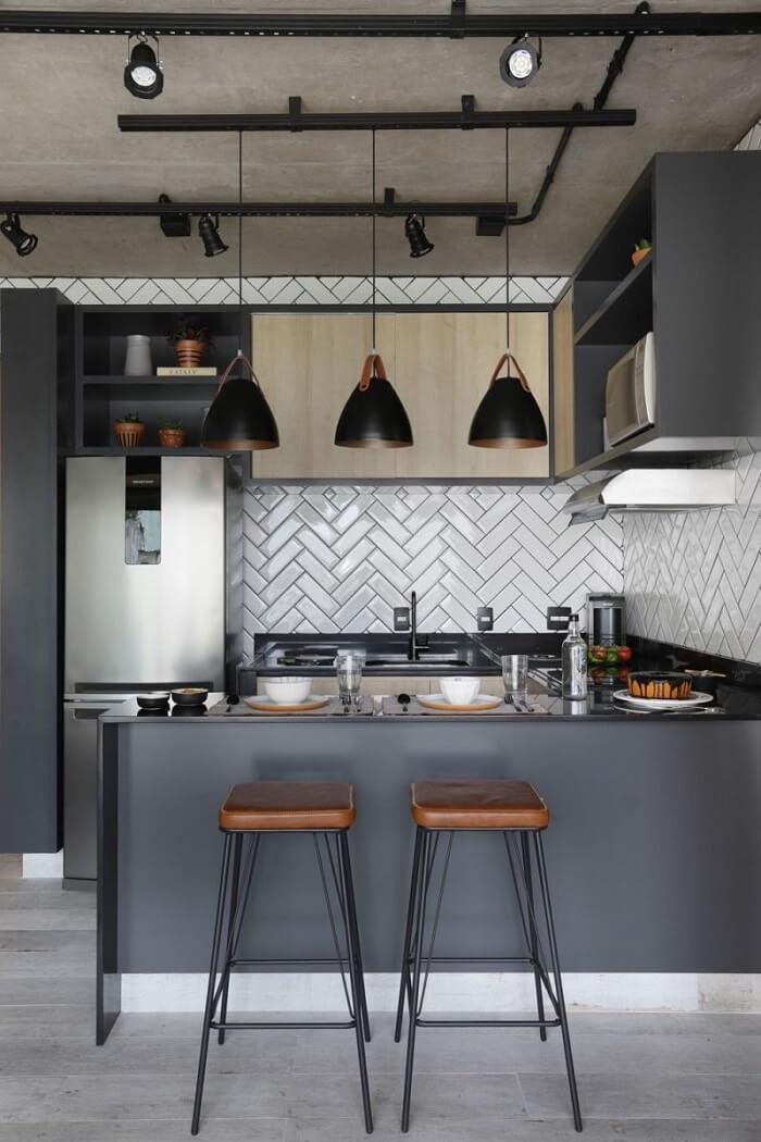 O armário de cozinha estilo industrial pode ser revestido em madeira e vir acompanhado de nichos e prateleiras metálicas. Fonte: Pinterest