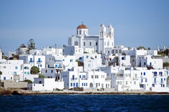 O uso de telha branca e telhado pintado de branco é comum em lugares como a Grécia. Fonte: Pinterest
