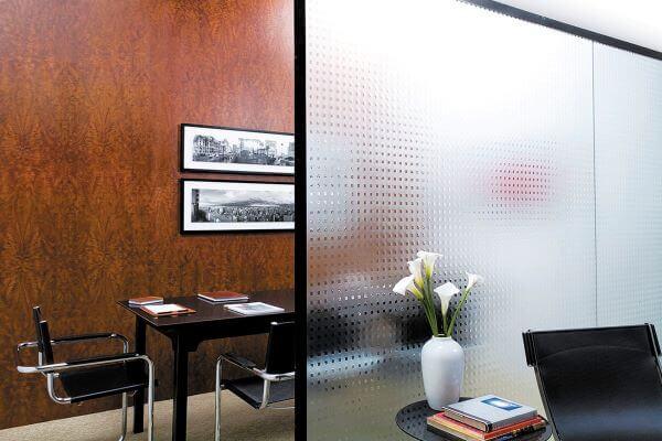 O vidro fantasia é um tipo de vidro texturizado que recebe em sua superfície a gravação do desenho que se deseja imprimir. Fonte: Reflex temper Vidros