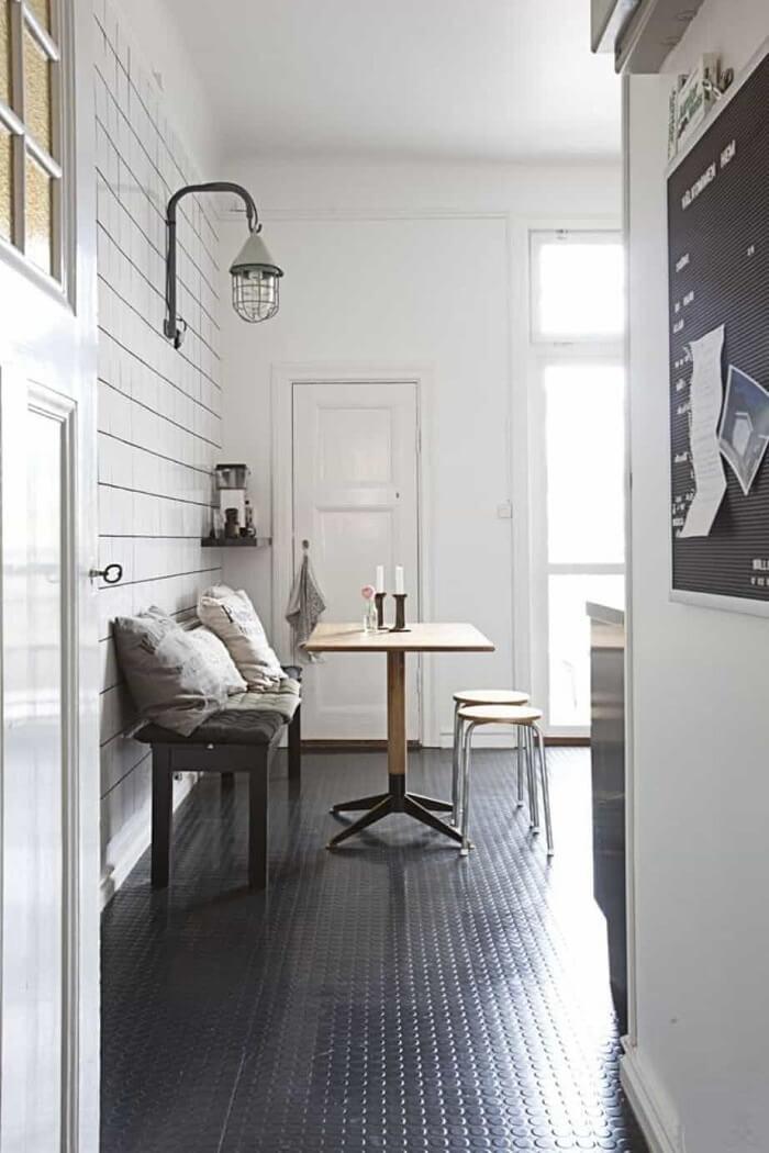 Os pisos ecológicos de borracha são oriundos da reutilização de pneus ou até de sobras de calçados. Fonte: Apartment Therapy