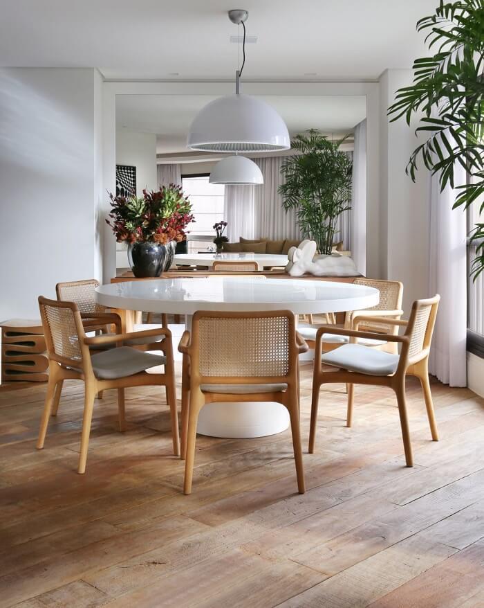 Pisos ecológicos de madeira de demolição decoram a sala de jantar. Foto: Casa Cláudia