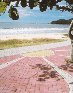 Pisos ecológicos intertravados na calçada da praia. Fonte: Pinterest