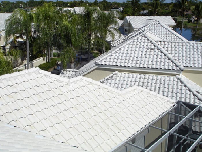 Telha americana branca esse tipo de telha branca forma a cobertura da residência. Fonte: Pinterest