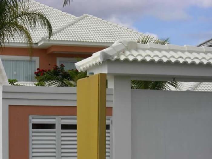 Telha colonial branca: esse tipo de telha branca é muito comum nos projetos. Fonte: Pinterest
