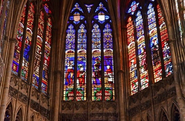 Vitrais: Catedral de Saint Etienne, na França (foto: Embarque na Viagem)