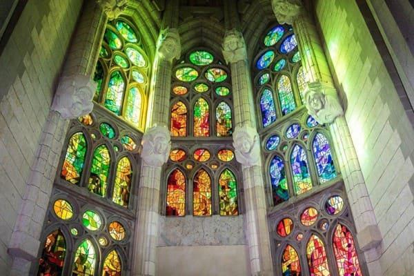 O que são Vitrais: Vitral da Igreja Sagrada Família, de Gaudi - Espanha (foto: Dicas de Barcelona e Espanha)