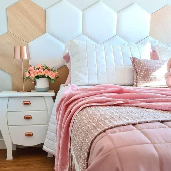 Cabeceira hexagonal branca com madeira clara (foto: Revestindo a Casa)