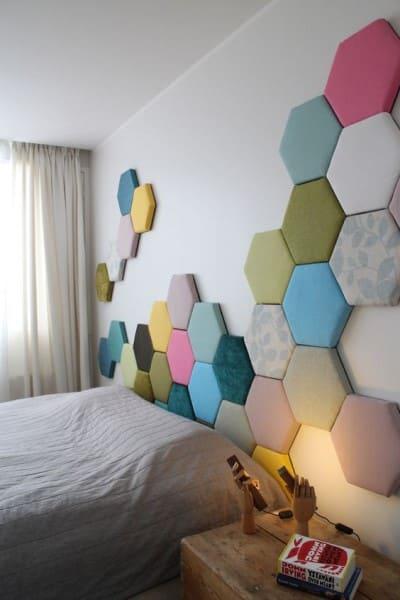 Cabeceira estofada hexagonal colorida (foto: Pinterest)