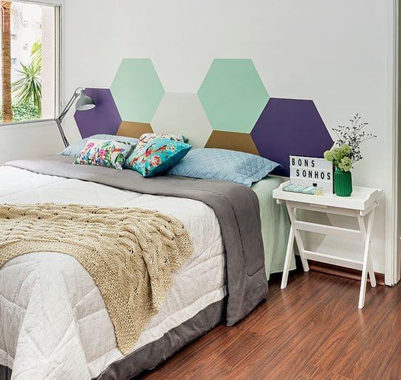 Cabeceira hexagonal com paleta de cores alegre pintada na parede (foto: Minha Casa Abril)
