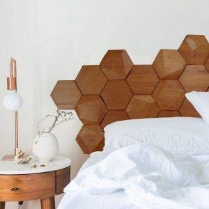 cabeceira hexagonal de madeira foto Revestindo a Casa