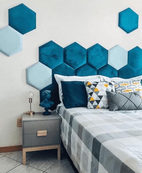 Cabeceira hexagonal em tons de azul (foto: Pinterest)