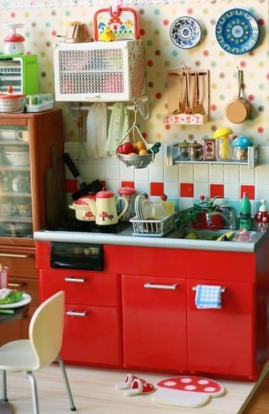 Kitsch: cozinha com gabinete vermelho e decoração colorida na parede (foto: Pinterest)