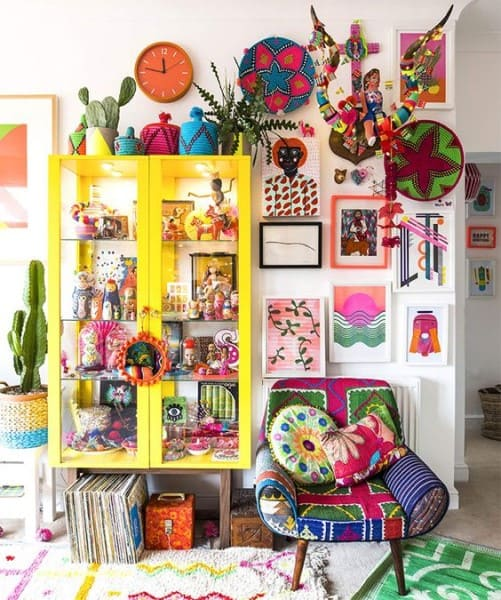 Kitsch: aparador amarelo e estampas coloridas (foto: Stylink)