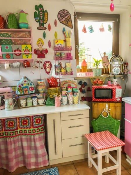 O que é Kitsch: cozinha com microondas vermelho de bolinhas e itens coloridos (foto: Gipsy Queen)