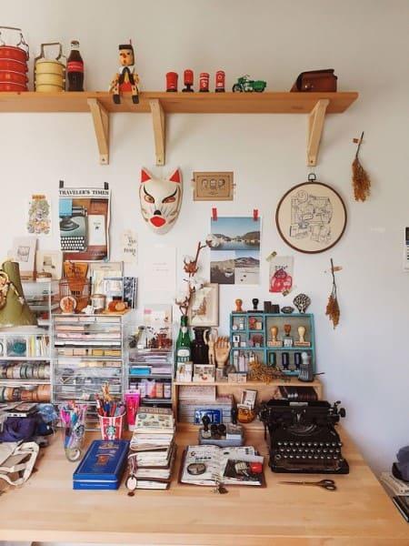 Kitsch: mesa com itens de papelaria e prateleira de madeira (foto: HouseLogic)