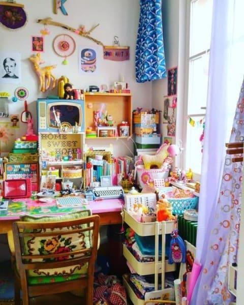 Kitsch: mesa de canto com objetos de decoração coloridos (foto: Pinterest)