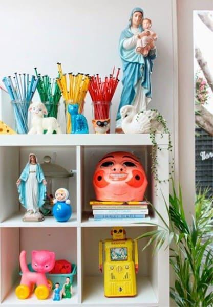 Kitsch: nicho decorado com imagens religiosas e itens divertidos (foto: A Casa eh Sua)