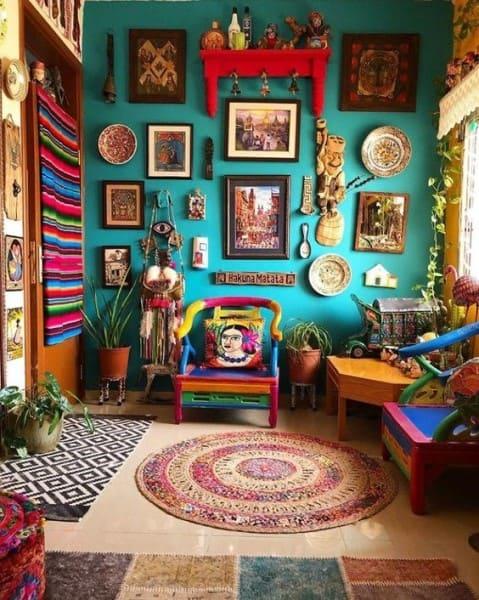 Kitsch: parede azul com quadros e decoração de vários estilos (foto: Ariyona Interior)