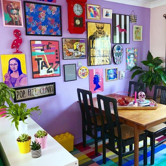 Kitsch: parede roxa com quadros e relógio vintage (foto: Audenza)