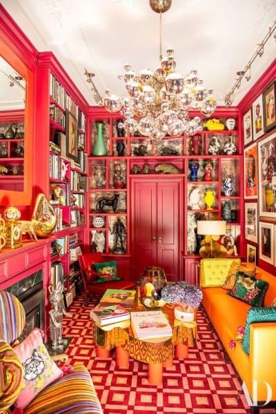 Kitsch: sala com lustre e itens decorativos divertidos (foto: Architectural Digest)