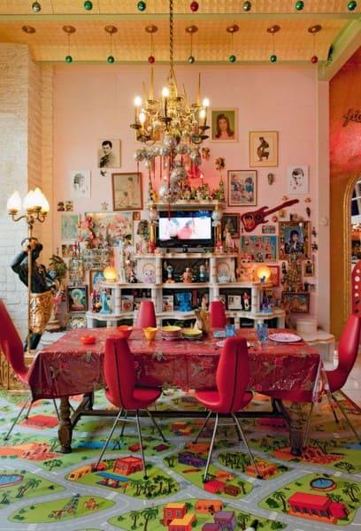 O que é Kitsch: sala de jantar com lustre e quadros (foto: As Arquitetas Online)