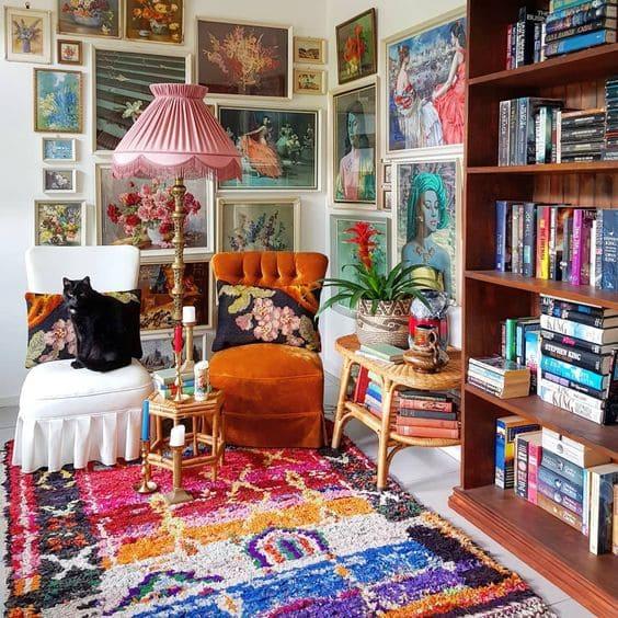 Kitsch: tapete colorido e quadros na parede (foto: Real Simple)