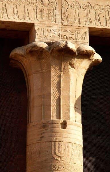 Ornamento: arquitetura egípcia - detalhe de um capitel egípcio (foto: Pinterest)