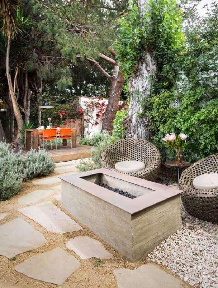 Área externa aconchegante com pisante para jardim feito em pedra. Fonte: Pinterest