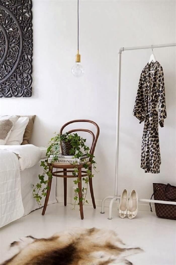 A cadeira thonet palhinha decora o quarto e substitui a presença de um criado mudo. Fonte: Pinterest