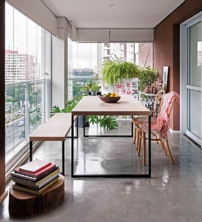 A varanda fica ainda mais estilosa na presença da cadeira thonet. Fonte: Revista Casa e Jardim