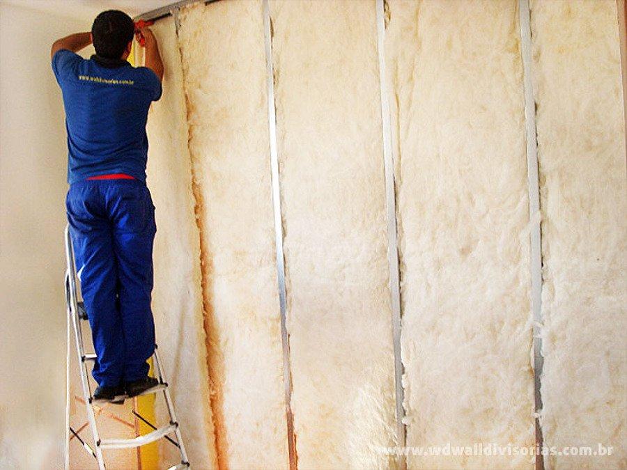 Aplicação de lã de vidro em parede de drywall (foto: Habitíssimo)
