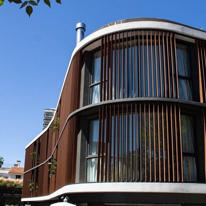 Arquitetura bioclimática: o brise vertical é indicado para as fachadas leste e oeste, em que o sol bate durante a manhã e a tarde. Fonte: Sandra Davison Fotografia